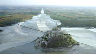 Les travaux destinés à désensabler le Mont-Saint-Michel pour lui rendre son caractère originel d'île sur la Manche commencent ce lundi 2 août (simulation en image de synthèse).