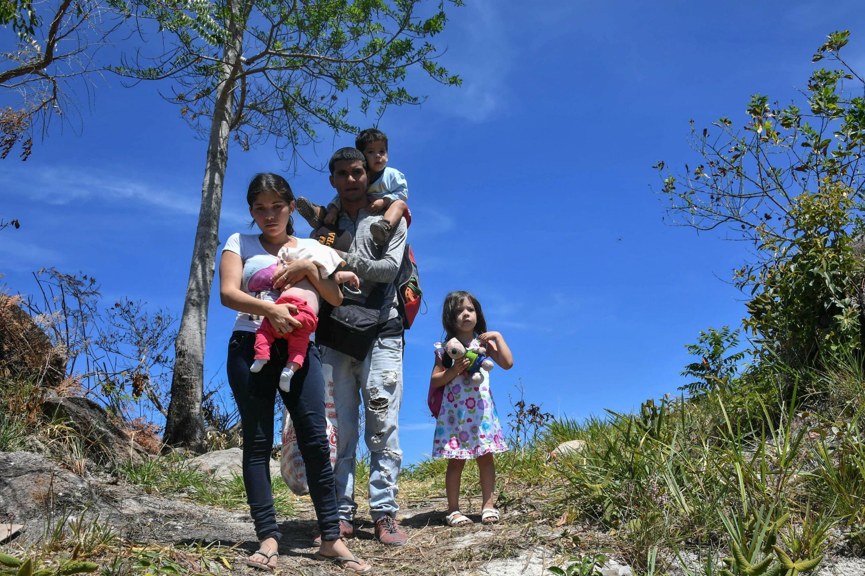 Une famille vénézulienne traversant la frontière avec le Brésil pour y trouver refuge. Le Haut-commissariat pour les Réfugiés des Nations unies estime à 500 Vénézuéliens qui tous les jours émigrent vers le Brésil.