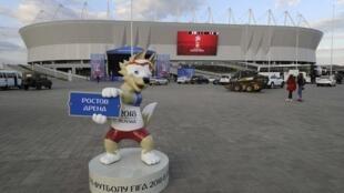 Le stade Rostov Arena et la mascotte officielle du Mondial-2018, le 12 mai, à Rostov-on-Don, une des villes hôtes de la Coupe du monde de football.