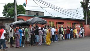 File d'attente devant un bureau de Koumassi à Abidjan, lors de la présidentielle en Côte d'Ivoire, le 25 octobre 2015.