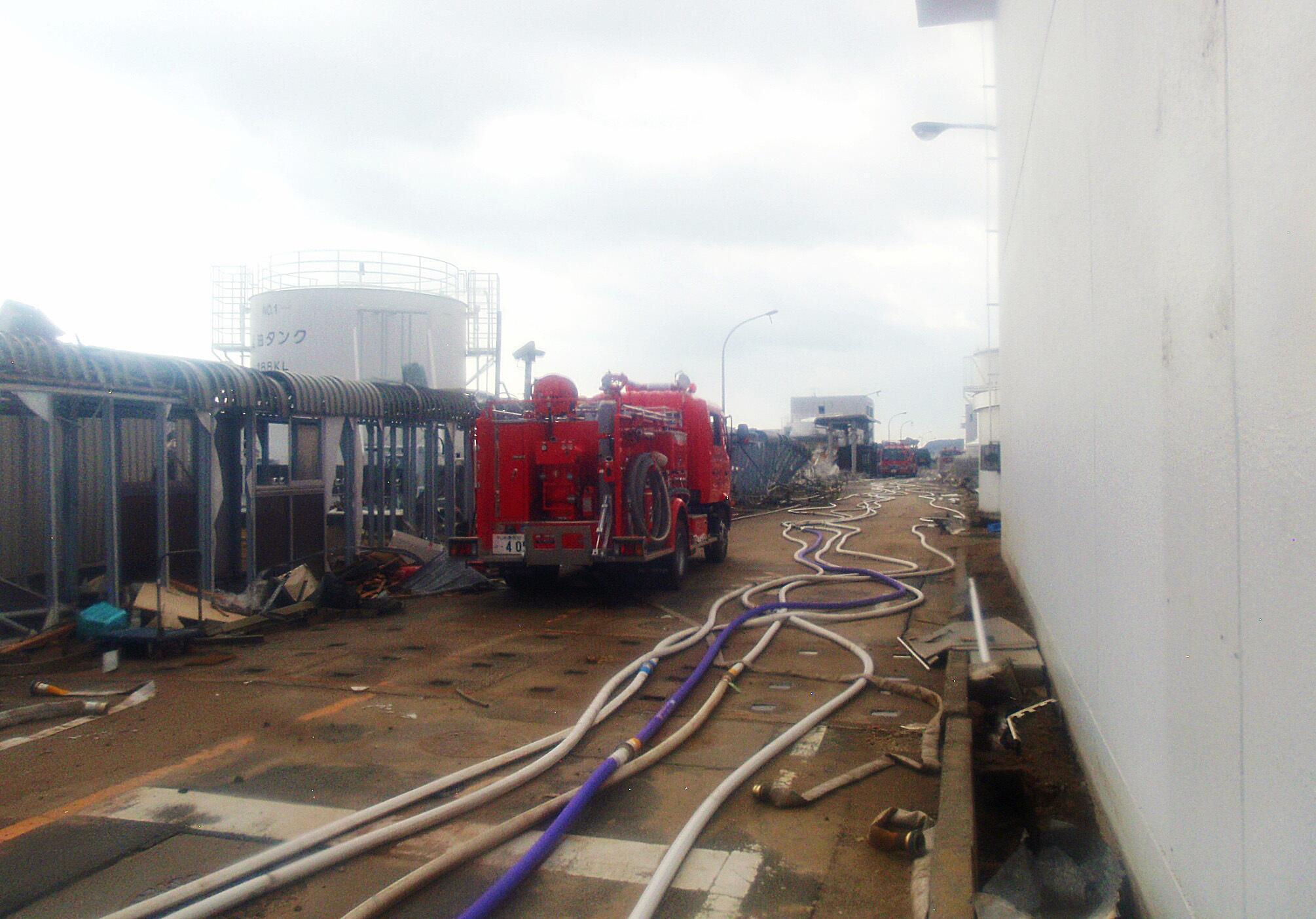 Xe chữa lửa chạy về phía lò phản ứng số 3 tại Trung tâm hạt nhân Fukushima ngày 23/03/2011.