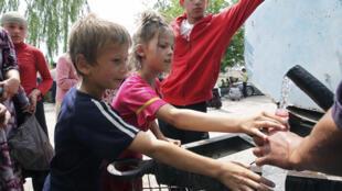 Trẻ em người Uzbekistan tỵ nạn ở khu vực cách thành phố Osh (miền nam Kyrgyzstan) sắp hàng xin nước ngày 15/06/2010.