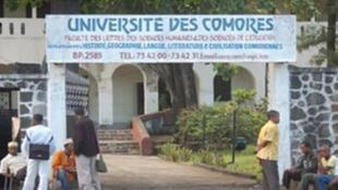 Des étudiants massés à l'entrée de la faculté des lettres de l'Université des Comores