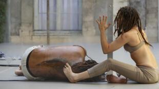 """D' de Kabal & Emeline Pubert dans """"Créatures"""" au Festival d'Avignon."""