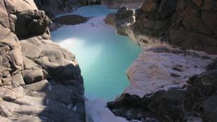 « Blue pools» qui laisse s'échapper de l'hydrogène au Sultanat d'Oman.