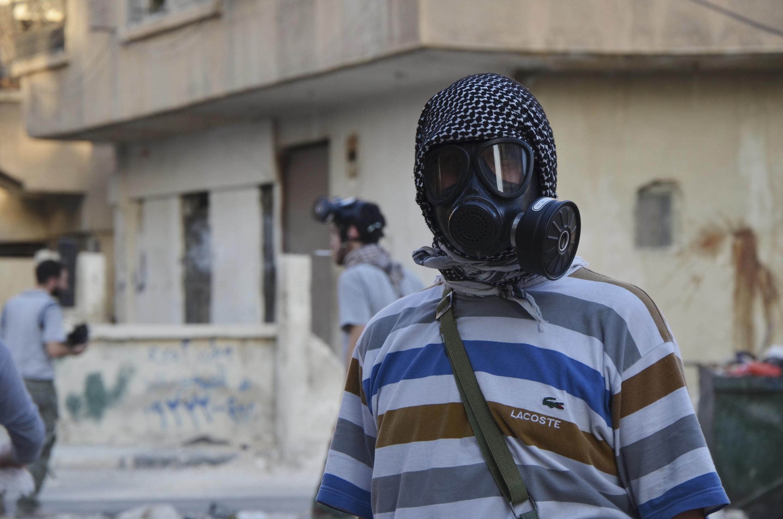 Ativista anti-Assad com máscara de gás, na periferia de Damasco.