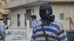 Un activiste anti el-Assad, dans la banlieue de Damas où les opposants au régime syrien dénoncent l'utilisation d'armes chimiques.  Damas, 22 août 2013.
