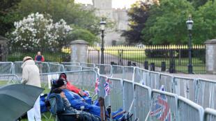 Fãs já acampam há mais de 3 dias para ver o casamento do príncipe Harry e Meghan Markle que acontece neste sábado(19).