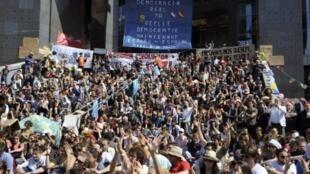 """Numerosos """"indignados"""" franceses se dieron cita  en la histórica plaza de la Bastilla, el 29 de mayo de 2011."""