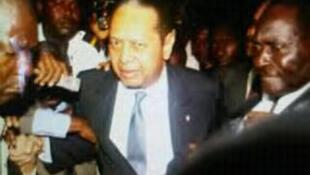 L'ancien président haïtien Jean-Claude Duvalier (C) à sa descente d'avion, de retour d'exil, à l'aéroport de Port-au-Prince, le 16 janvier 2011.
