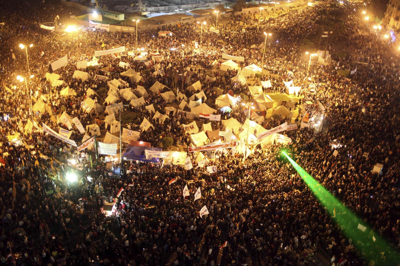 Quảng trường Tahrir chật kín người biểu tình trong nhiều đêm liền (REUTERS)