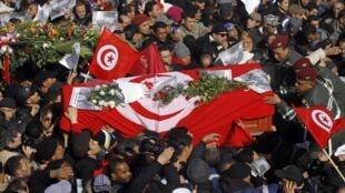 Les soldats aident des proches du défunt à porter le cercueil du leader d'opposition Chokri Belaid pendant son cortège funèbre vers le cimetière voisin d'El-Jellaz à Tunis, le 8 février 2013.