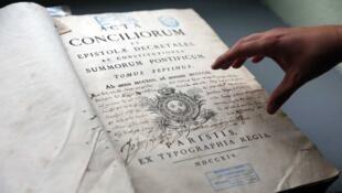 Parmi les trésors de la bibliothèque, un codex de 1722, envoyé au patriarche grec orthodoxe de Jérsusalem signé du roi de France Louis XV de Bourbon.