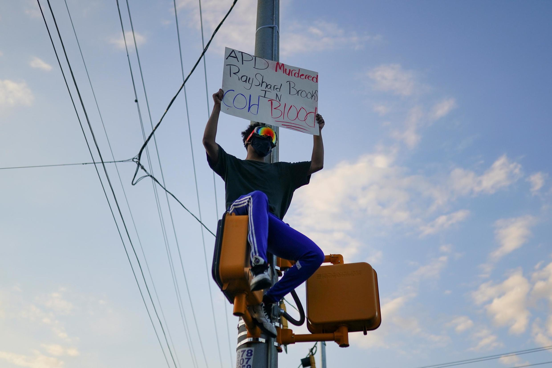 Des manifestants anti-racisme réunis à Atlanta après la mort de Rayshard Brooks, abattu par la police de la ville, le 14 juin 2020.