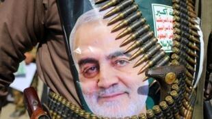 تصویر قاسم سلیمانی که توسط یک شبه نظامی حوثی حمل می شود.