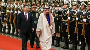 Le roi d'Arabie saoudite, Salman, en compagnie du numéro un chinois Xi Jinping, le 16 mars 2017 à Pékin.
