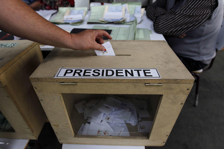 Un homme vote lors du premier tour de l'élection présidentielle à Santiago, le 17 Novembre 2013.