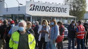 Des employés de Bridgestone rassemblés devant l'usine de Béthune, le 17 septembre 2020.