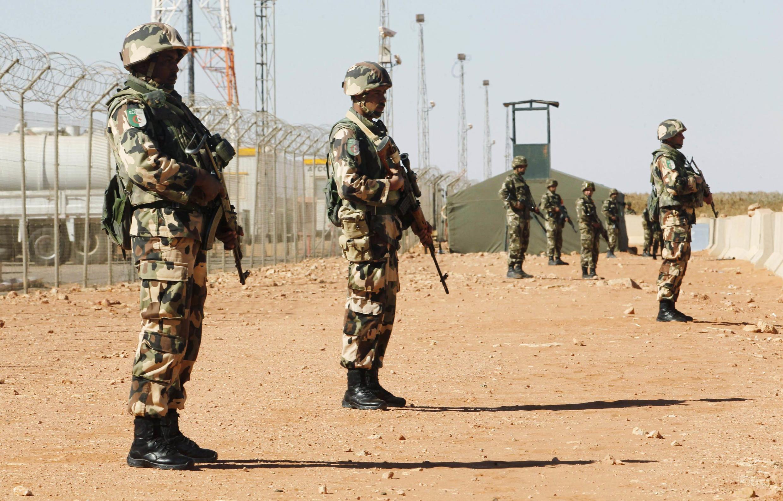Des soldats montent la garde à proximité du site d'In Amenas. Le site gazier algérien a été la cible d'une attaque et d'une prise d'otages meurtrière menée par Aqmi, en janvier 2013.