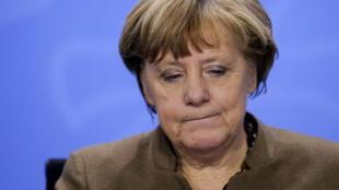 德国总理默克尔28日在柏林出席新闻发布会