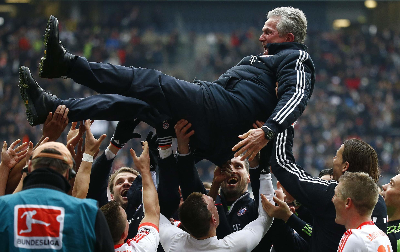 Jogadores comemoram o título levantando o técnico Jupp Heynckes.