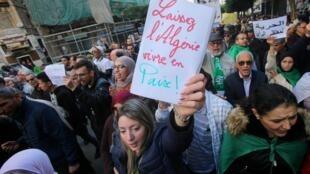 Une nouvelle manifestation s'est tenue le dernier jour de l'année, en Algérie. Les étudiants et d'autres citoyens se mobilisent tous les mardis depuis plus de 10 mois.