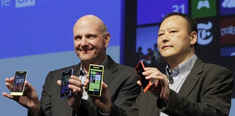 Peter Chou, giám đốc tập đoàn Đài Loan HTC và Steve Ballmer, giám đốc Microsoft giới thiệu điện thoại mới Windows Phone 8 - Reuters