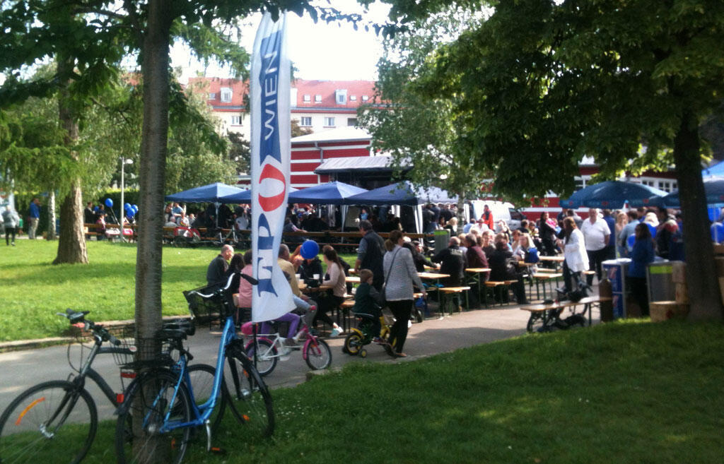 Sous le soleil et les ballons bleus aux couleurs du FPÖ, ambiance bière et saucisse, lors d'un rassemblement en faveur de Norbert Hofer.