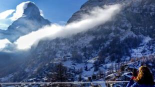 Na Suíça o Conselho Federal decidiu deixar as pistas abertas, mas limitar a capacidade de transporte dos esquiadores.