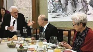 基辛格与陈元、傅莹等人在饭桌上