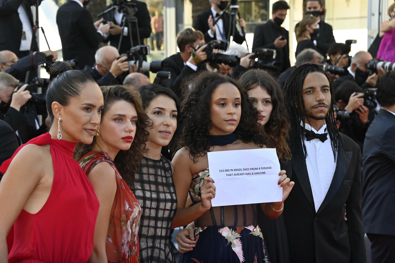 """A cineasta Anita Rocha Silveira (terceira à partir da esquerda) e equipe do filme """"Medusa"""" protestam no tapete vermelho."""