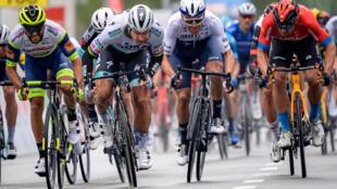 Le Slovaque Peter Sagan (2e en partant de la gauche) remporte au sprint la 1re étape du Tour de Romandie, le 28 avril 2021 à Martigny