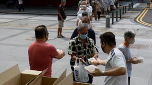 Phát thức ăn miễn phí cho người già tại khu Chinatown, Singapore, trong mùa dịch bệnh. Ảnh chụp ngày 17/04/2020.