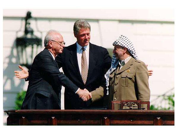 Yitzhak Rabin (thủ tướng Israel), Bill Clinton (tổng thống Mỹ) và Yasser Arafat (lãnh đạo Palestine), tại lễ ký kết hòa ước Oslo ở Nhà Trắng, Washington, ngày 13/09/1993.
