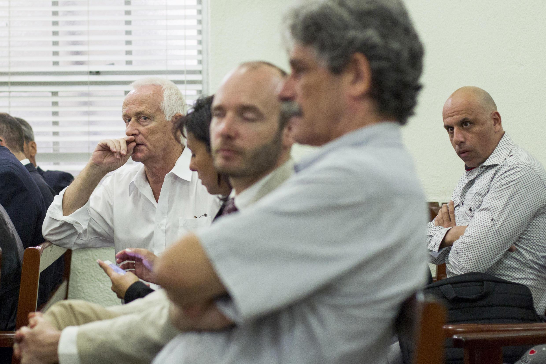 MM. Castany (tout à gauche) et Pisapia (tout à droite), pendant leur procès à Saint-Domingue, le 1er décembre 2014.
