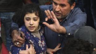 Homem socorre adolescente ferida na explosão de um carro-bomba, em 2 de janeiro de 2014, em Beirute.