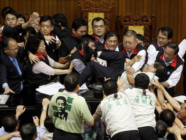 2010年7月8日,台灣立法院民進黨與國民黨立委圍繞兩岸經濟合作架構協議討論時發生肢體衝突。