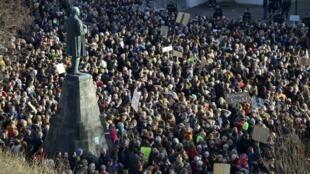 图为冰岛民众示威要求总理下台