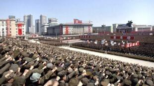 Quân dân Bắc Triều Tiên trong cuộc mít-tinh tại Bình Nhưỡng ngày 29/03/2013 ủng hộ mệnh lệnh lãnh đạo Kim Jong Un chuẩn bị chiến tranh với Hàn Quốc và Hoa Kỳ.