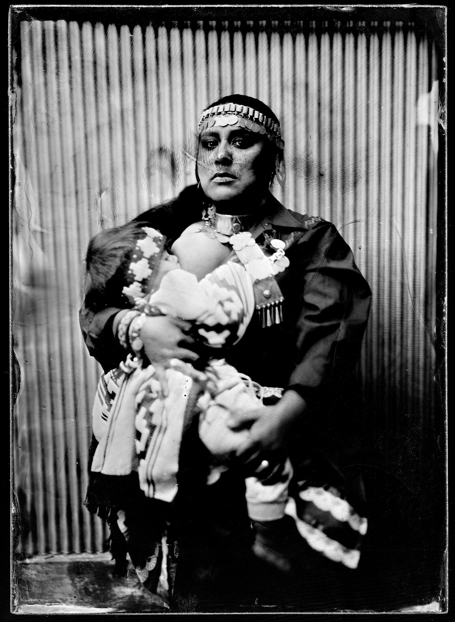 Retrato de Ana Millaleo, rapera del colectivo wechekeche,  vestida con ropa tradicional mapuche.