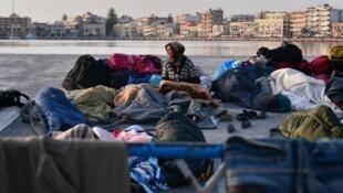 Des réfugiés sur le port de Chios, en Grèce, en avril 2016.