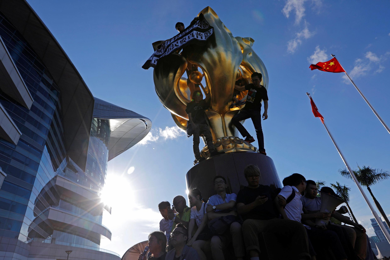 香港主權回歸中國二十周年紀念日前夕,泛民主派活動人士在金紫荊雕像上懸掛抗議橫幅。攝於2017年6月28日