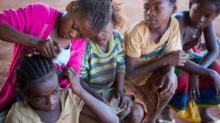 Wasu daga cikin yara dake gudanar da kananan ayyuka a Madagascar