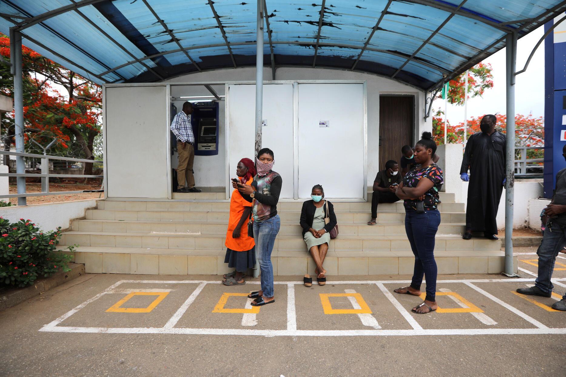 A Abuja, marquage au sol devant un distributeur de billets pour permettre de respecter la distance préconisée d'un mètre entre chaque personne, le 4 mai 2020.
