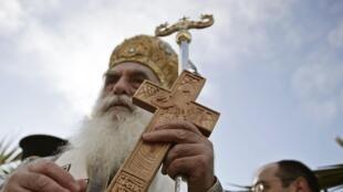 Plus de 9 Grecs sur 10 se déclarent chrétiens orthodoxes. (Photo: un évêque grec bénit l'eau lors de la cérémonie de l'épiphanie, le 6 janvier 2015 dans la banlieue d'Athènes).