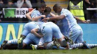 Jugadores del Manchester City celebrando el primer gol de Yaya Touré ante el Newcastle United, este 6 de mayo de 2012.