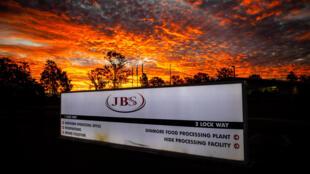 Las oficinas del norte de Australia de JBS Foods durante la puesta de sol en Dinmore, al oeste de Brisbane, el 1 de junio de 2021