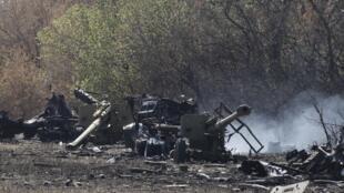 Equipamentos de artilharia ucranianos destruídos ontem perto de Mariupol, depois que a trégua já estava em vigor.