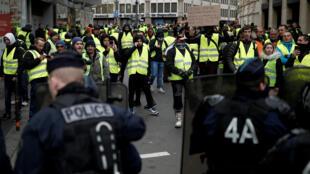 Les «gilets jaunes» interdits de se rassembler sur les Champs-Elysées présents se sont heurtés à un important dispositif policier leur barrant le passage vers la place de la Concorde.