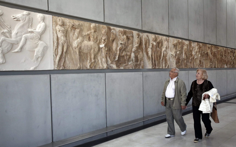 Des visiteurs du British Museum devant les frises du Parthénon, le 10 octobre 2014.